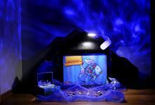 Bild: Kamishibai mit Wellenprojektor und verwendetem Material